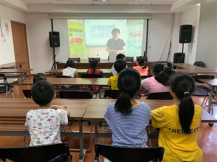 中山街道中山苑团支部组织青少年观看《考前减压》