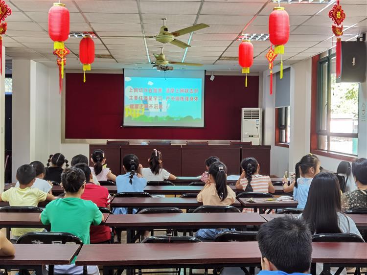 中山街道莱顿团支部组织青少年观看《网络真可爱,如何面对它》心理健康教育讲座