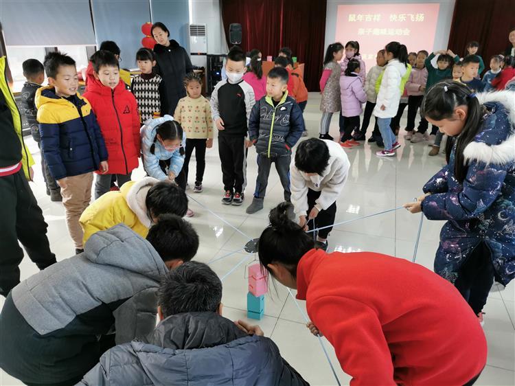 中山街道淡家浜居民区团支部开展迎新春亲子趣味运动会活动