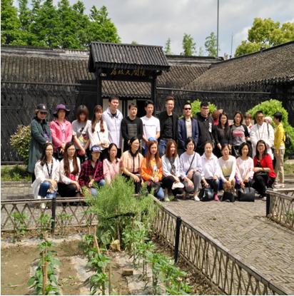 紫东新苑居委会组织年轻居民参观张闻天故居