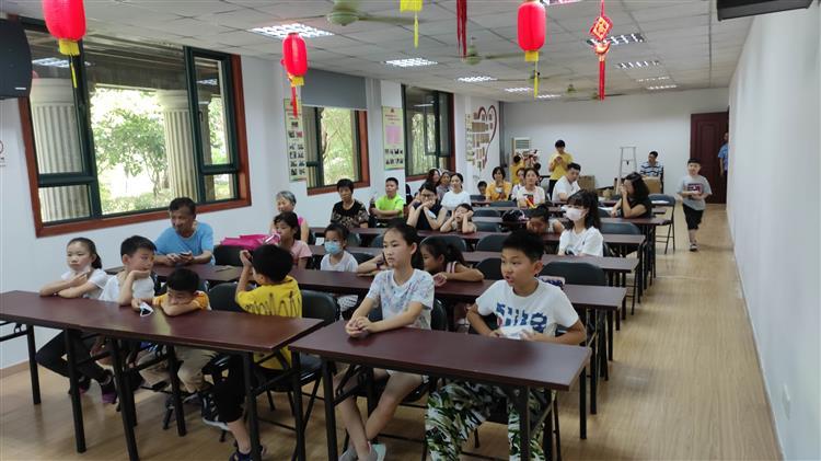 中山街道莱顿团支部组织青少年观看《团队中的我》教育讲座