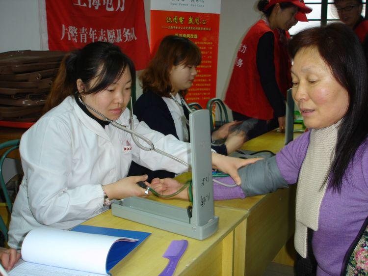 方塔中医医院团支部还组织了两名志愿者在白云小区